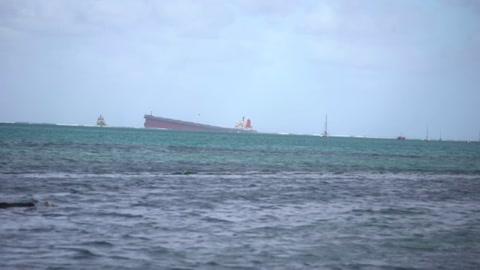 Carrera contrarreloj para bombear combustible de barco que encalló en Mauricio