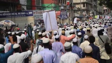 Decenas de miles de personas se manifiestan contra Francia en países musulmanes