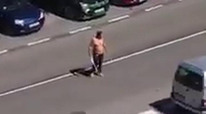 Detenido un hombre tras enfrentarse a la policia armado con dos catanas