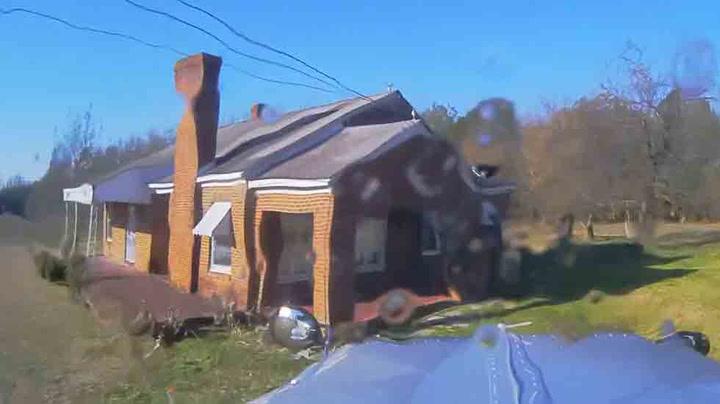 Sjåføren mistet kontrollen over lastebilen - kjørte rett inn i hus