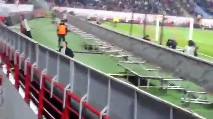 Russische voetbalfan is bewakers te slim af
