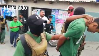 Momento cuando agentes del orden movilizan a presuntos pandilleros de la 18