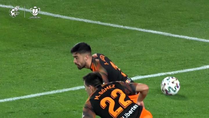 Granada - Valencia. Penalti por manos de Jaume Costa tras consulta al VAR y gol de Roberto Soldado