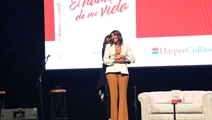 Tras superar el coronavirus, Paz Padilla presenta su nuevo libro con un enorme abrazo de su hija