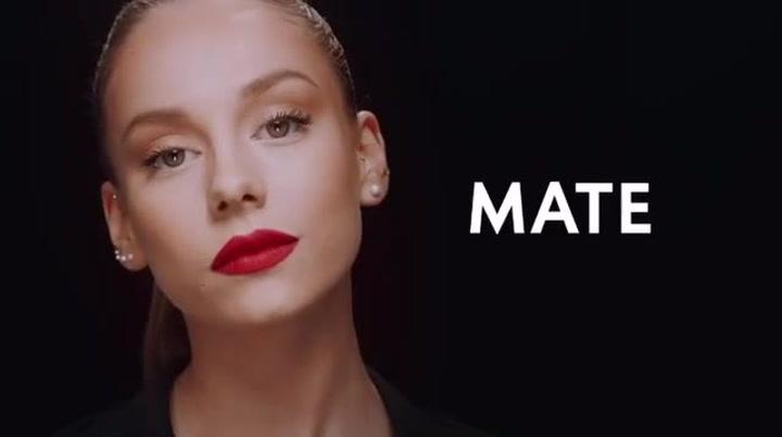 Ester Expósito embajadora de la línea de maquillaje de Yves Saint Laurent
