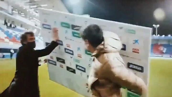 Savic se lleva un susto durante la entrevista post partido