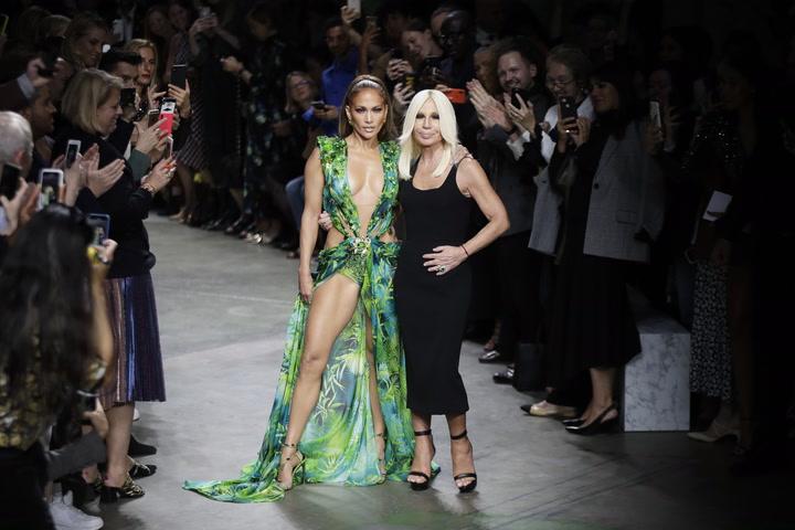 Así de espectacular luce el escotazo de Jennifer López en Milán