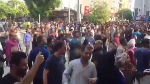 Un policía muerto en Irán durante las protestas contra la subida de la gasolina