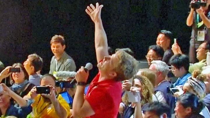 Her synger NRK-journalisten for Usain Bolt
