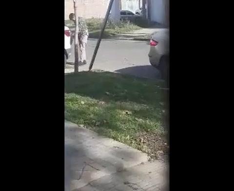 Un hombre que robó la rueda de un vehículo quedó escrachado en una filmación