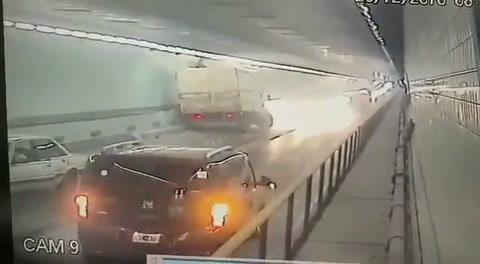 Un camión tuvo un accidente y casi provoca una tragedia en el túnel subfluvial