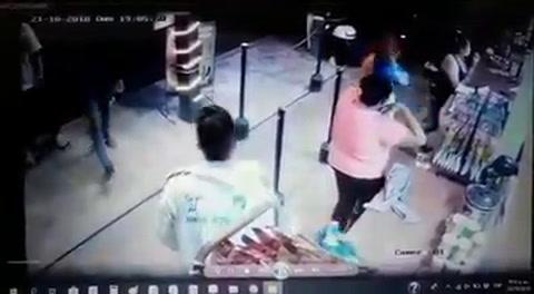Grupo de inmigrantes roban artículos de una tienda en México