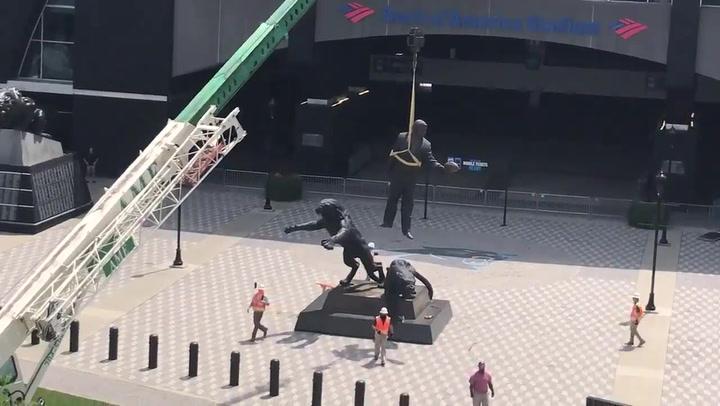 Retiran la estatua del fundador de los Carolina Panthers