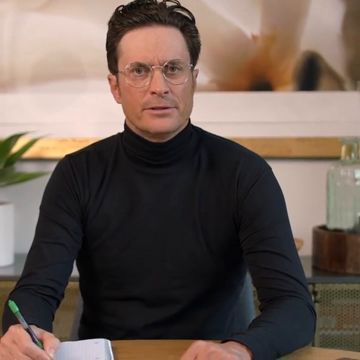 Oliver Hudson looks very smart in is hilarious new video