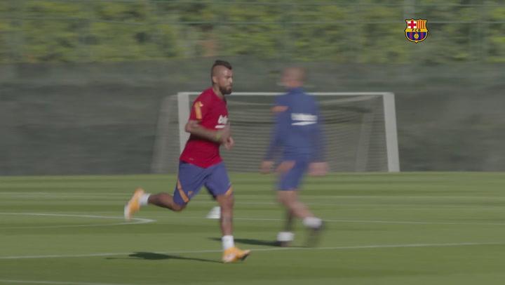 Arturo durante el primer entrenamiento de la temporada 2020-21 con el Barça