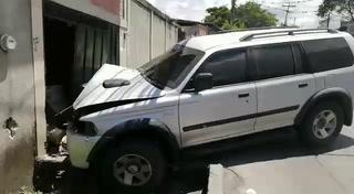 Camioneta se estrella contra vivienda tras persecución