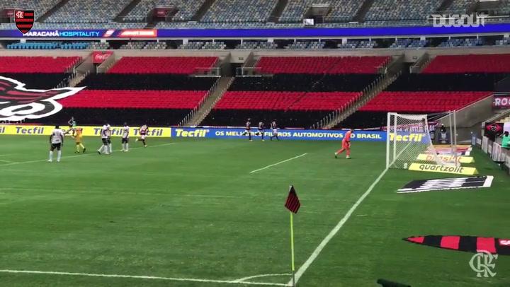 Pedro scores Flamengo's goal in the lost against São Paulo