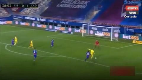 El Choco Lozano roba el balón y arma jugada de gol para el Cádiz
