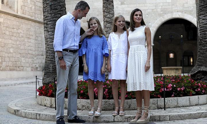 EN VÍDEO: Las bromas del rey Felipe a los periodistas, las explicaciones de Sofía sobre el \'gaga\'...Todas las curiosidades del posado real en Palma