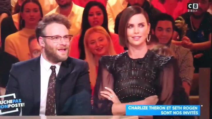 Charlize Theron le saca los colores a un presentador francés por propasarse
