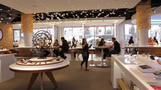 Video: Behind the scenes of an AT&T holiday store makeover
