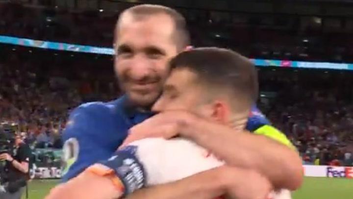 Chiellini dejó atrás la tensión y bromeó con Jordi Alba en sorteo (VIDEO)
