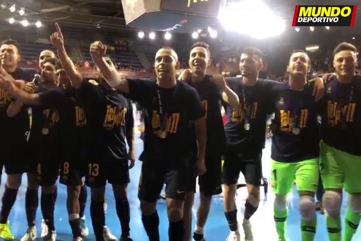 Los jugadores del Barça Lassa 'enloquecen' con la afición durante la celebración