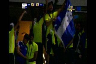 Jugadores y aficionados de Curazao celebran los goles de Honduras contra El Salvador