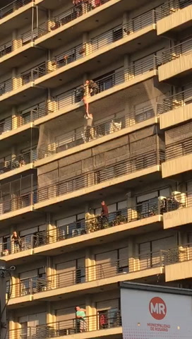 Vecinos rescataron a un nene que colgaba del balcón de un octavo piso