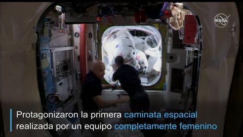 Mujeres estadounidenses realizan caminata espacial histórica