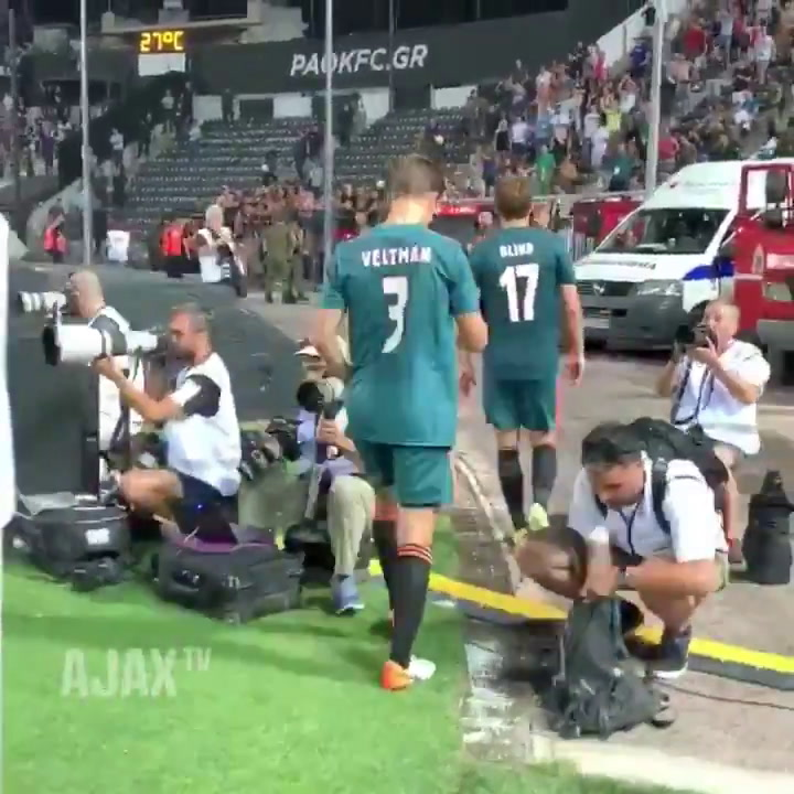 Los jugadores del Ajax celebran con la afición el resultado ante el PAOK