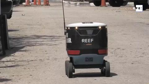 Robots que reparten comida conquistan a vecinos del barrio miamense de Brickell