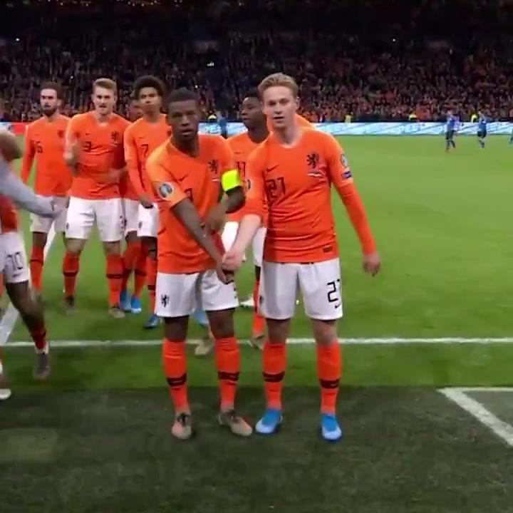 De Jong, protagonista en el ejemplar gesto antiracista de Holanda