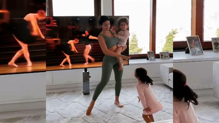 La profesora Georgina imparte una clase de ballet a dos alumnas muy aplicadas