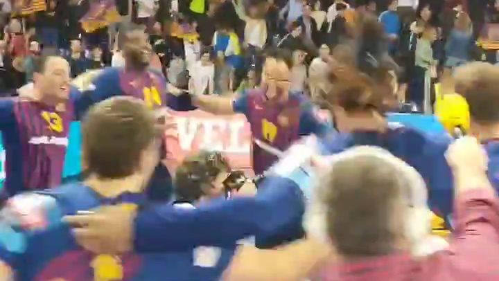 El rondo de los jugadores del Barça de balonmano para celebrar el pase a la Final Four de Colonia
