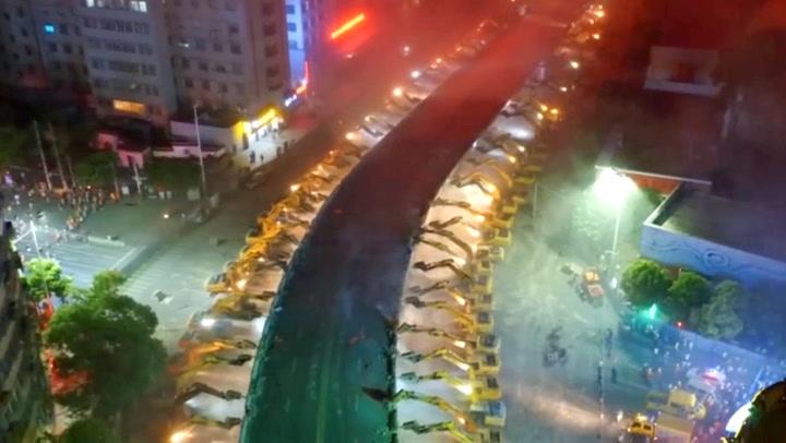 116 gravemaskiner, én natt: Da kineserne våknet var broa vekk