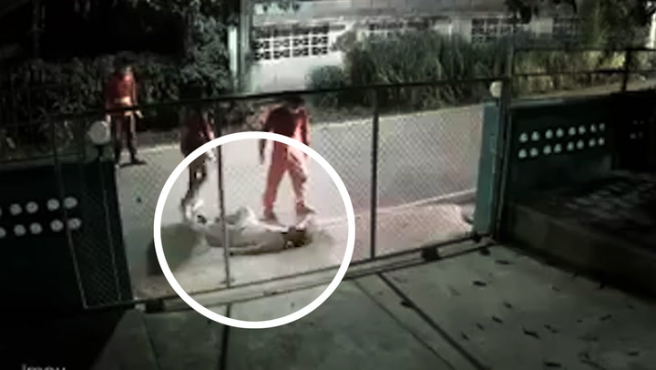 """เกินเหตุไปไหม? กู้ภัยขาโหด เตะ """"คนเมา"""" กรามหัก ล้มฟุบกับพื้น"""