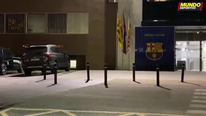 La prensa espera a la entrada de las oficinas del FC Barcelona