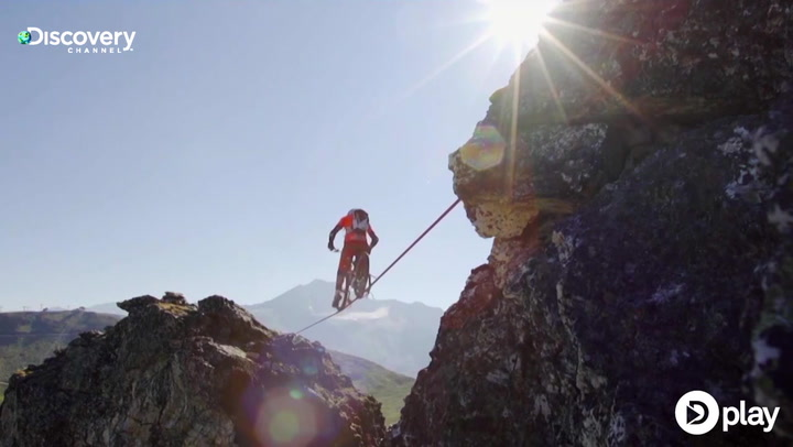 Mountainbiker balancerer over 113 meter dyb kløft