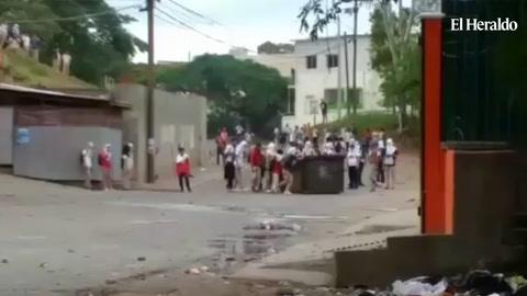 Estudiantes del Técnico Honduras se enfrentan a policías en la Colonia Kennedy