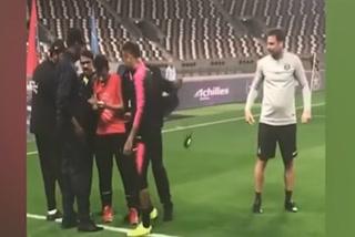 El gesto de Neymar con un aficionado que saltó al césped