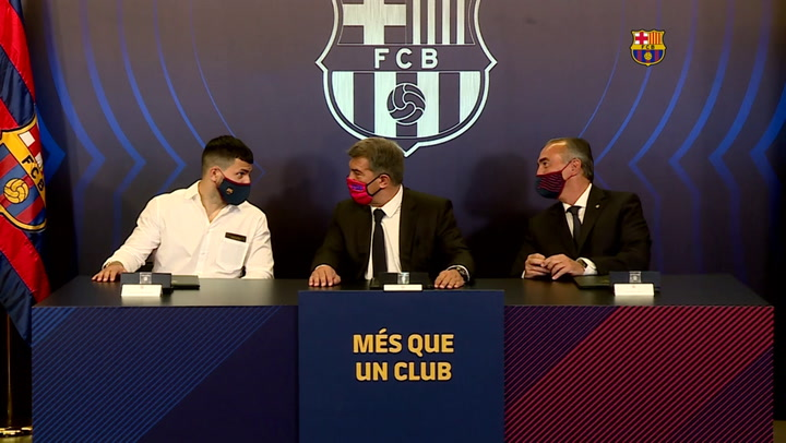 Sergio Agüero firma contrato con el Barça