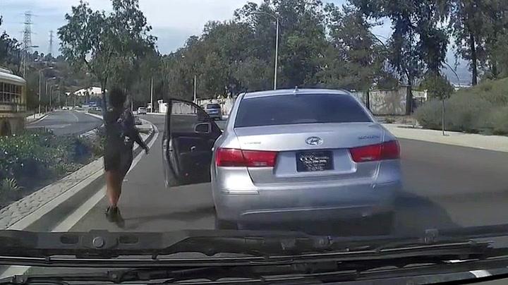 Hopper ut av bilen i fart - skaper kaos