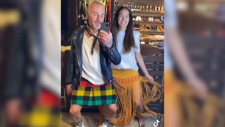 Gianluca Vacchi se viste con falda escocesa para su baile más viral con Sharon Fonseca