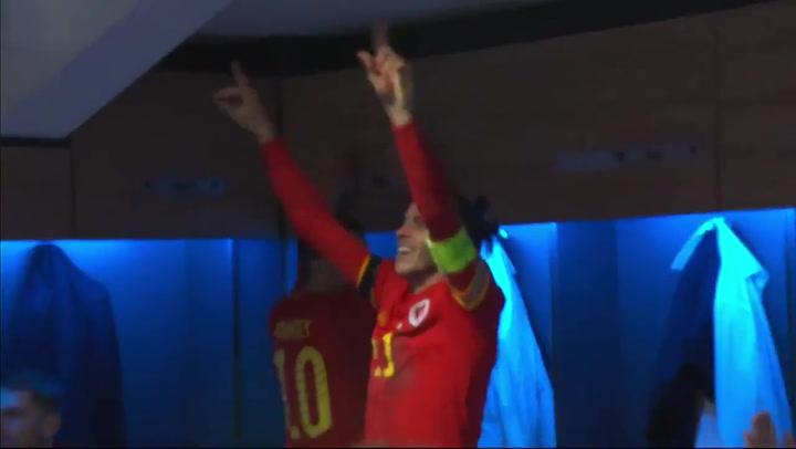 Wayne Hennessey, portero de Gales, protagonista en las celebraciones en el vestuario tras ser providencial en la clasificación para la Euro