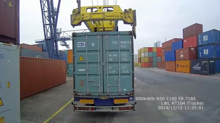 Kran løfter kontaineren – og hele lastebilen