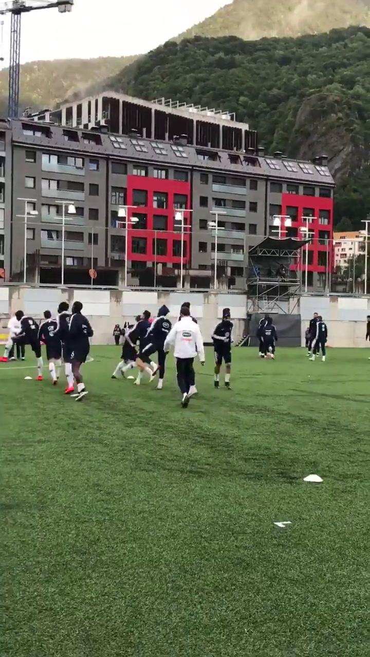 Los jugadores de Francia calientan antes del partido
