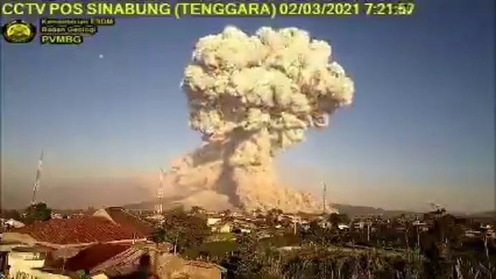 Espectacular columna de humo del volcán Sinabung