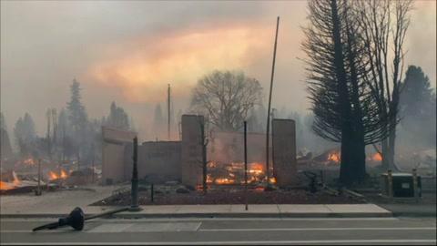 Incendio Dixie arrasa con poblado en California