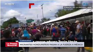 Migrantes hondureños pasan a la fuerza a México